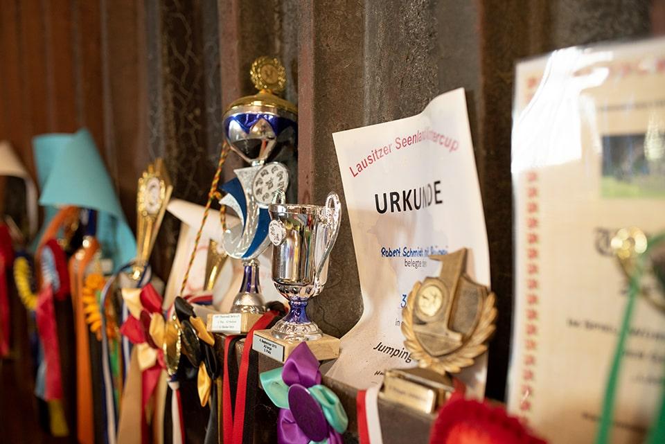 In der Halle häufen sich Urkunden und Pokale