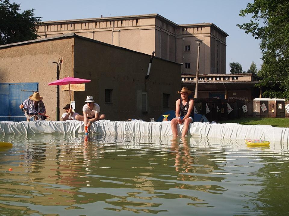 Auch ein temporärer, selbstgebauter Pool fand bei der finalen Moxxom Sause 2015 einen Platz auf der Wiese