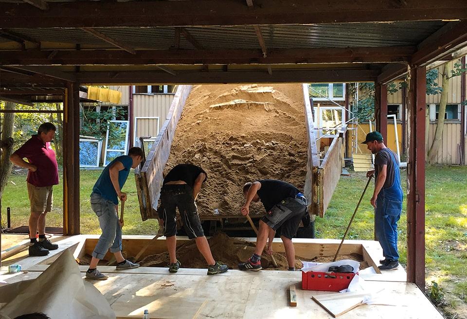 Ein Sandkasten für die kleinsten Besucher:innen wird gebaut