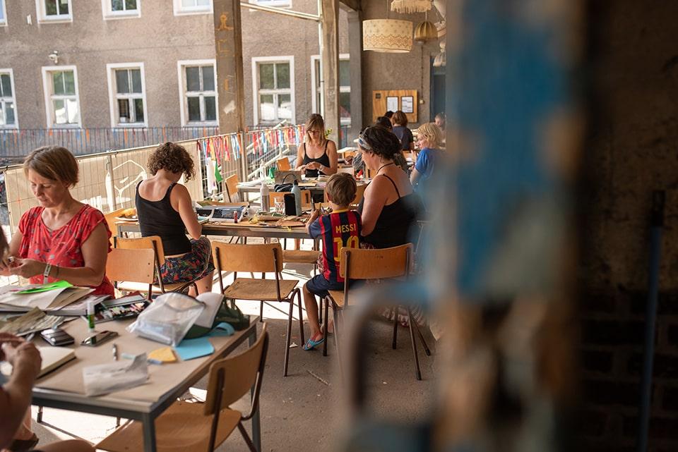 Teilnehmer:innen der Skizzentage 2020 bei einem Workshop auf der Rampe