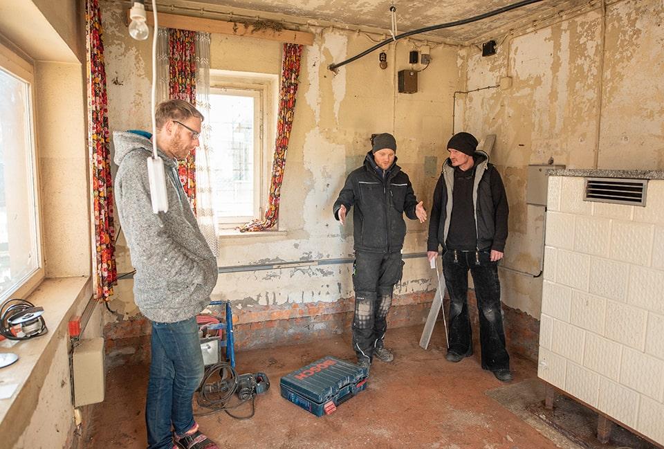 Arbeit ist die wärmste Jacke - Klemens, Jürgen und Danilo packen bei winterlichen Temperaturen an